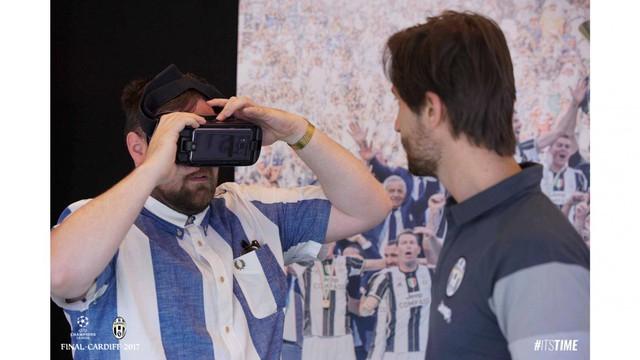 Chùm ảnh: Người hâm mộ háo hức tham dự buổi lễ trưng bày của Juventus tại Cardiff - Ảnh 12.