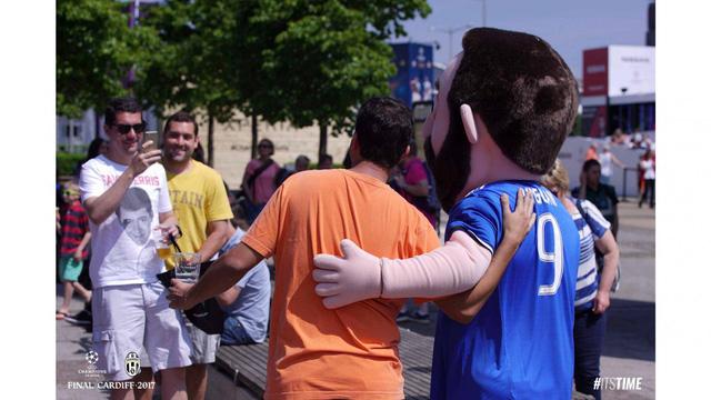 Chùm ảnh: Người hâm mộ háo hức tham dự buổi lễ trưng bày của Juventus tại Cardiff - Ảnh 5.