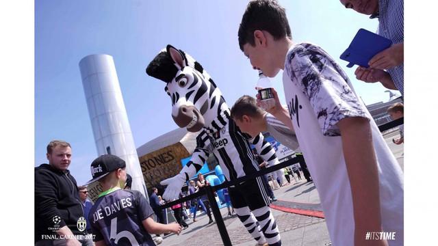 Chùm ảnh: Người hâm mộ háo hức tham dự buổi lễ trưng bày của Juventus tại Cardiff - Ảnh 6.