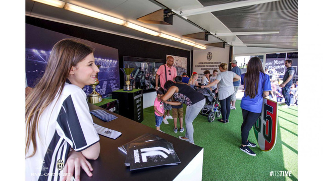 Chùm ảnh: Người hâm mộ háo hức tham dự buổi lễ trưng bày của Juventus tại Cardiff - Ảnh 15.