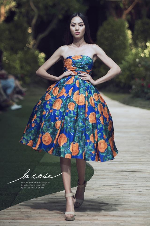 Hoa khôi Nam Em nổi bật với chiếc váy lộng lẫy... dài 5m - Ảnh 4.