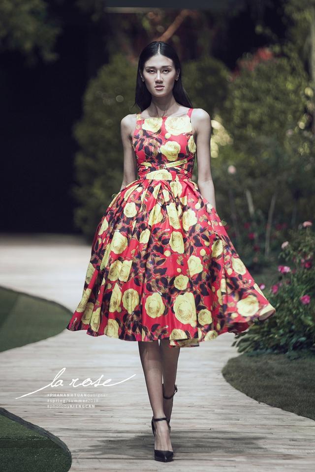 Hoa khôi Nam Em nổi bật với chiếc váy lộng lẫy... dài 5m - Ảnh 6.