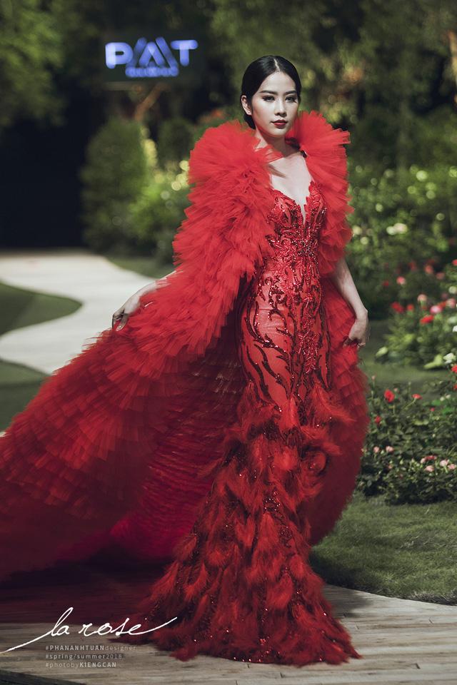 Hoa khôi Nam Em nổi bật với chiếc váy lộng lẫy... dài 5m - Ảnh 1.