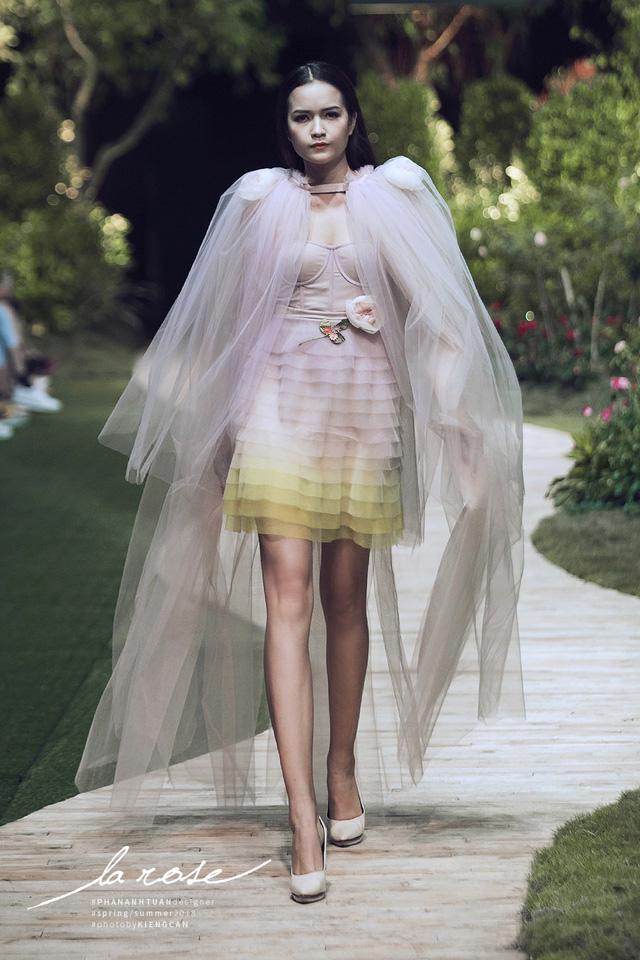 Hoa khôi Nam Em nổi bật với chiếc váy lộng lẫy... dài 5m - Ảnh 9.