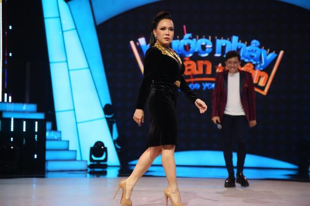 Việt Hương catwalk khoe vòng 3 trên sân khấu Bước nhảy ngàn cân (21h, VTV3) - Ảnh 1.