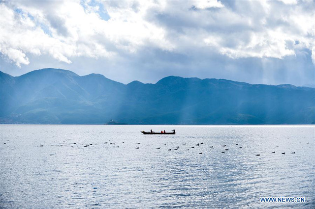 Mê mẩn trước hồ nước đẹp như tranh vẽ nơi Đường Tăng một lần lạc bước - Ảnh 1.