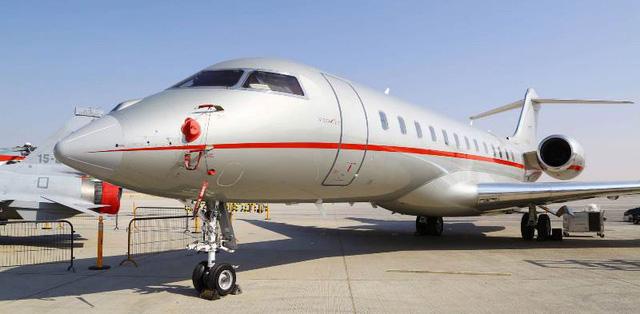 Choáng ngợp với máy bay dát kim cương tại Triển lãm hàng không Dubai - Ảnh 1.