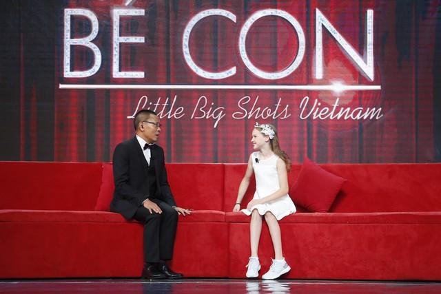 Nhà báo Lại Văn Sâm bất ngờ hóa… công chúa yếu đuối trên sân khấu Mặt trời bé con - Ảnh 2.