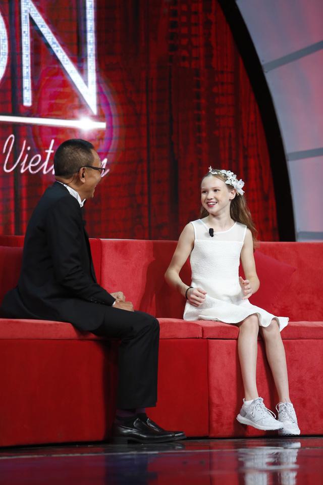 Nhà báo Lại Văn Sâm bất ngờ hóa… công chúa yếu đuối trên sân khấu Mặt trời bé con - Ảnh 3.