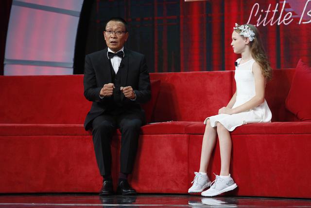 Nhà báo Lại Văn Sâm bất ngờ hóa… công chúa yếu đuối trên sân khấu Mặt trời bé con - Ảnh 1.