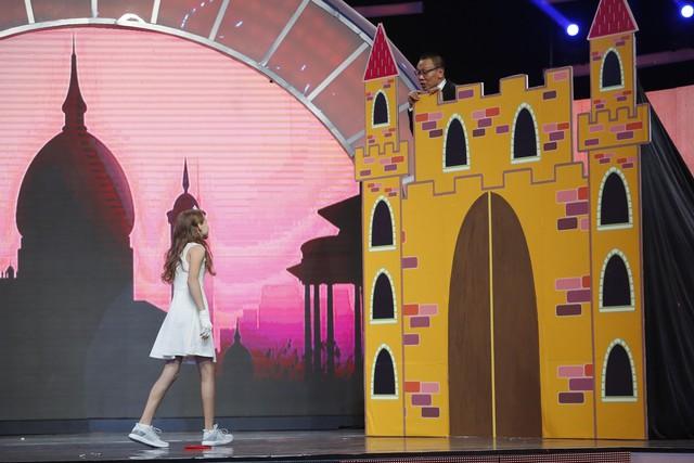 Nhà báo Lại Văn Sâm bất ngờ hóa… công chúa yếu đuối trên sân khấu Mặt trời bé con - Ảnh 4.