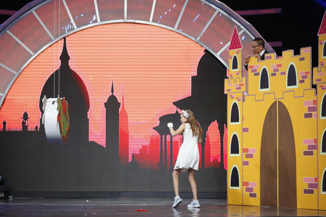 Nhà báo Lại Văn Sâm bất ngờ hóa… công chúa yếu đuối trên sân khấu Mặt trời bé con - Ảnh 5.