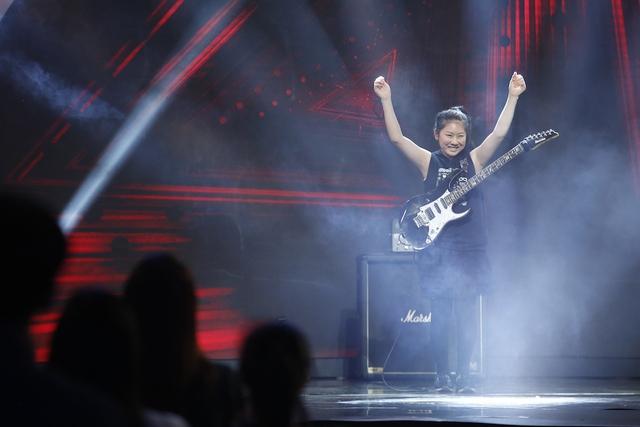 Mặt trời bé con: Cô bé Nhật gây sốc với khả năng chơi guitar điện siêu đỉnh - Ảnh 2.