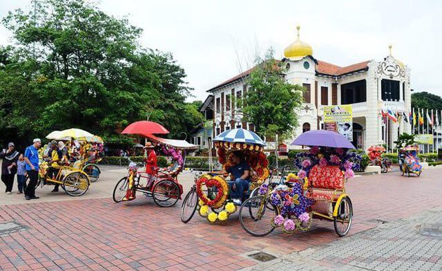 Những chiếc xích lô độc đáo phục vụ khách du lịch tại Malaysia - Ảnh 2.