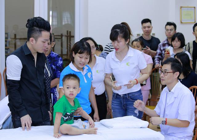 Tùng Dương xúc động trao quà cho trẻ tự kỷ - Ảnh 4.