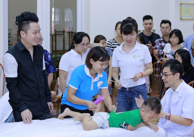 Tùng Dương xúc động trao quà cho trẻ tự kỷ - Ảnh 3.