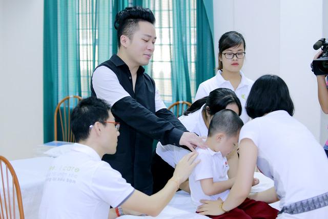 Tùng Dương xúc động trao quà cho trẻ tự kỷ - Ảnh 1.