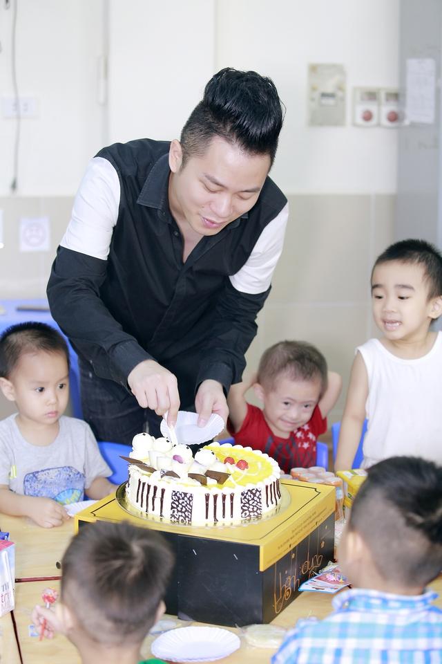 Tùng Dương xúc động trao quà cho trẻ tự kỷ - Ảnh 5.