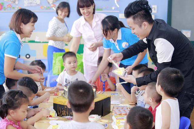 Tùng Dương xúc động trao quà cho trẻ tự kỷ - Ảnh 6.
