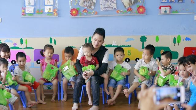 Tùng Dương xúc động trao quà cho trẻ tự kỷ - Ảnh 7.