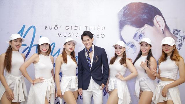 Hoàng Yến Chibi rạng rỡ đến chúc mừng Tino ra mắt MV Đèn lồng đom đóm - Ảnh 3.