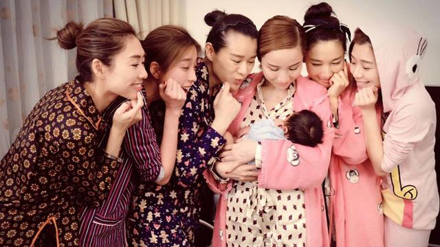 Vừa sinh con, Hồ Hạnh Nhi tưng bừng tổ chức sinh nhật cùng bạn bè - Ảnh 1.