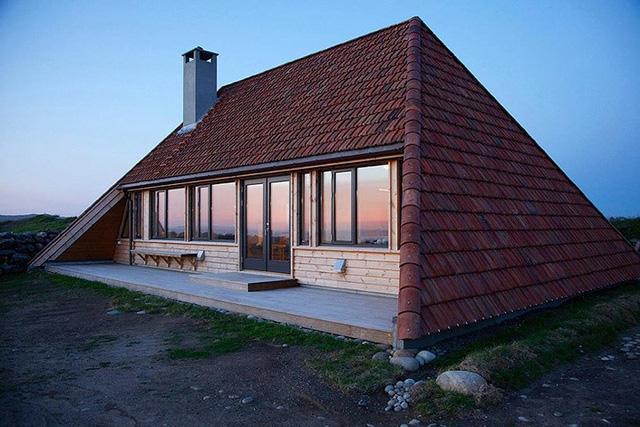 Cải tạo ngôi nhà mái ngói 50 năm tuổi thành nơi sống đầy tiện nghi - Ảnh 1.