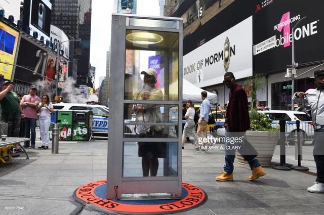 Bốt điện thoại công cộng kểchuyện về New York xưa cũ - Ảnh 1.