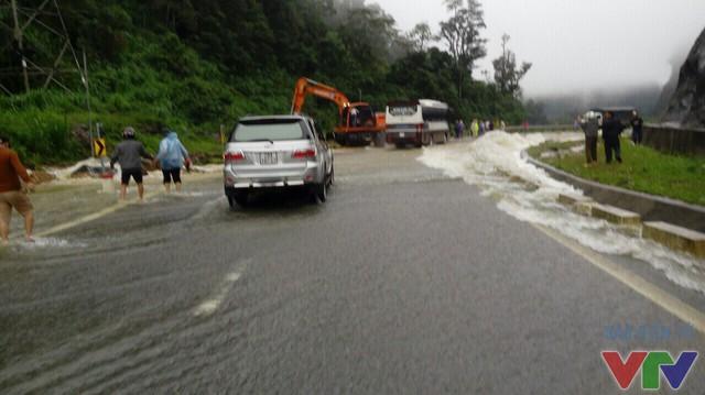 Quốc lộ 6 ngập sâu trong biển nước, gây ách tắc cục bộ - Ảnh 2.