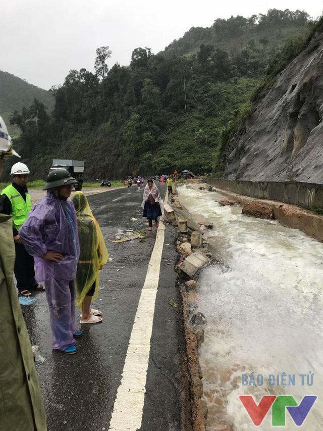 Quốc lộ 6 ngập sâu trong biển nước, gây ách tắc cục bộ - Ảnh 4.