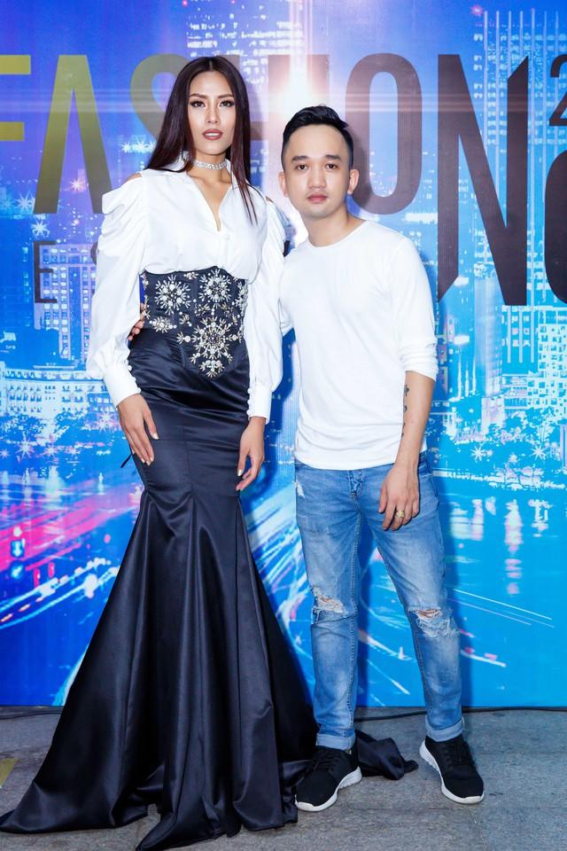 Jolie Phương Trinh cùng Nguyễn Thị Loan đội mưa trình diễn catwalk - Ảnh 5.