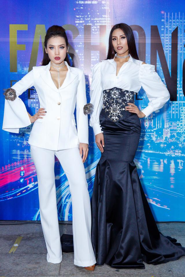 Jolie Phương Trinh cùng Nguyễn Thị Loan đội mưa trình diễn catwalk - Ảnh 1.