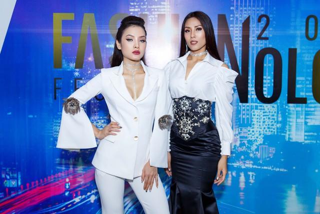 Jolie Phương Trinh cùng Nguyễn Thị Loan đội mưa trình diễn catwalk - Ảnh 6.