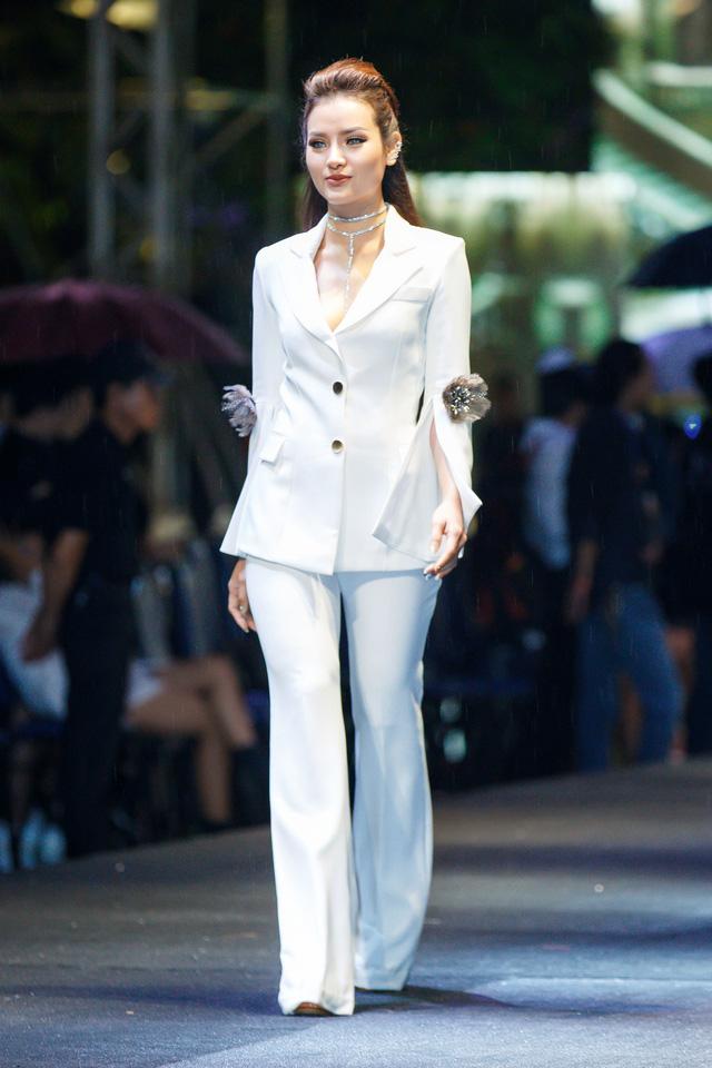 Jolie Phương Trinh cùng Nguyễn Thị Loan đội mưa trình diễn catwalk - Ảnh 3.
