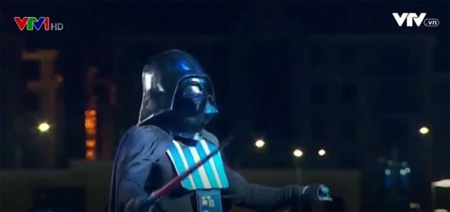 Độc đáo nhạc trưởng Darth Vader biểu diễn tại Kazakhstan - Ảnh 1.