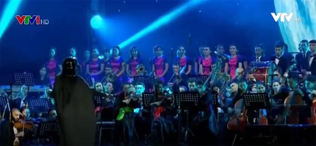 Độc đáo nhạc trưởng Darth Vader biểu diễn tại Kazakhstan - Ảnh 2.