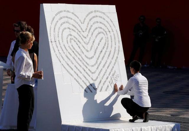 Pháp tưởng niệm 1 năm vụ khủng bố tại Nice - Ảnh 2.