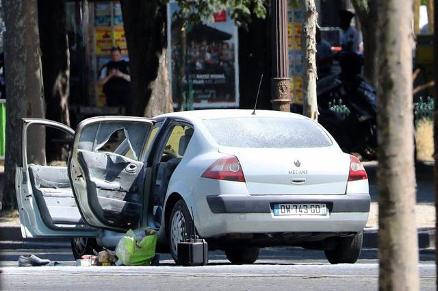 Pháp: Xe đâm vào cảnh sát ở đại lộ Champs Elysees - Ảnh 3.