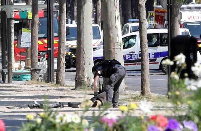 Pháp: Xe đâm vào cảnh sát ở đại lộ Champs Elysees - Ảnh 4.