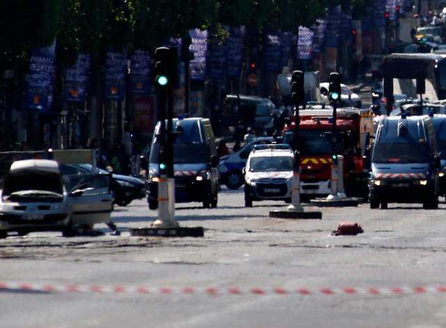 Pháp: Xe đâm vào cảnh sát ở đại lộ Champs Elysees - Ảnh 2.