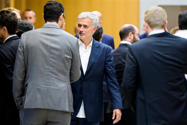 Mourinho, Sir Alex, Louis van Gaal bất ngờ tái ngộ trong sự kiện của UEFA - Ảnh 1.