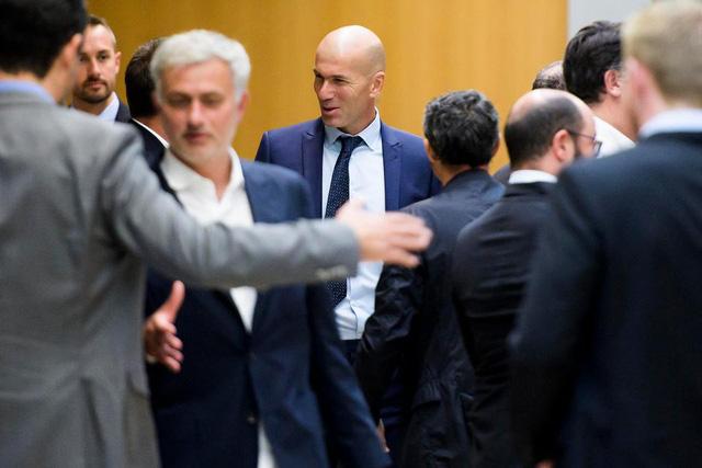 Mourinho, Sir Alex, Louis van Gaal bất ngờ tái ngộ trong sự kiện của UEFA - Ảnh 5.