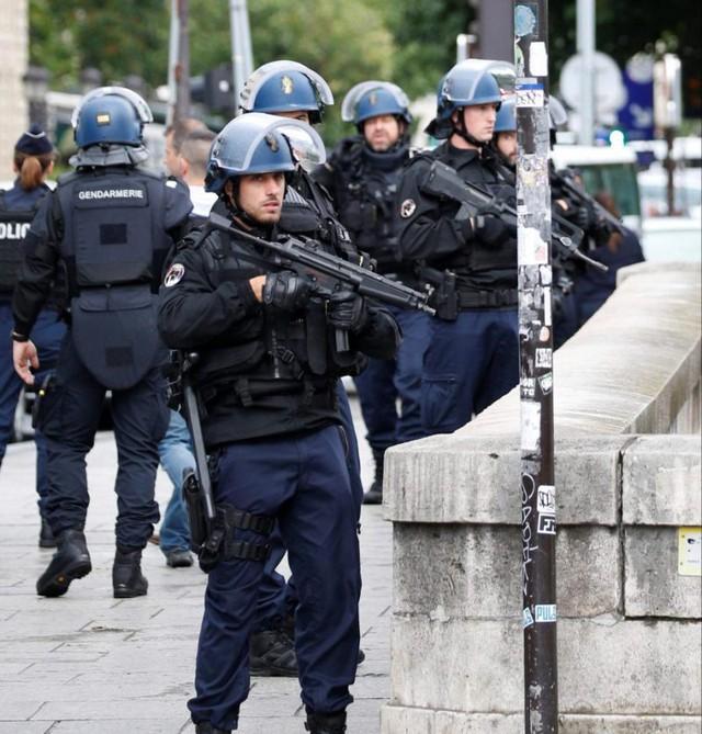 Vụ tấn công ngoài nhà thờ Notre-Dame, Pháp: Thủ phạm tự nhận là chiến binh IS - Ảnh 6.