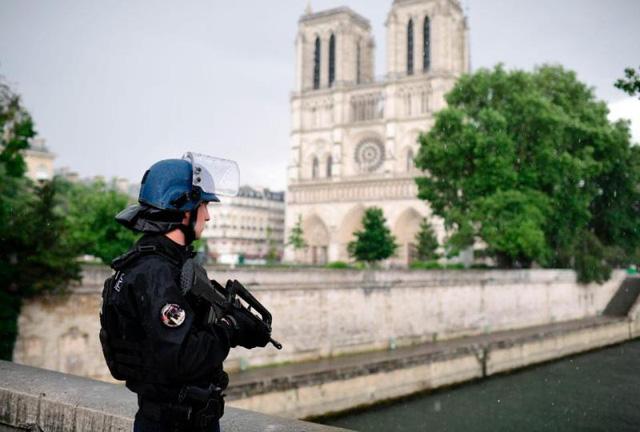 Vụ tấn công ngoài nhà thờ Notre-Dame, Pháp: Thủ phạm tự nhận là chiến binh IS - Ảnh 4.
