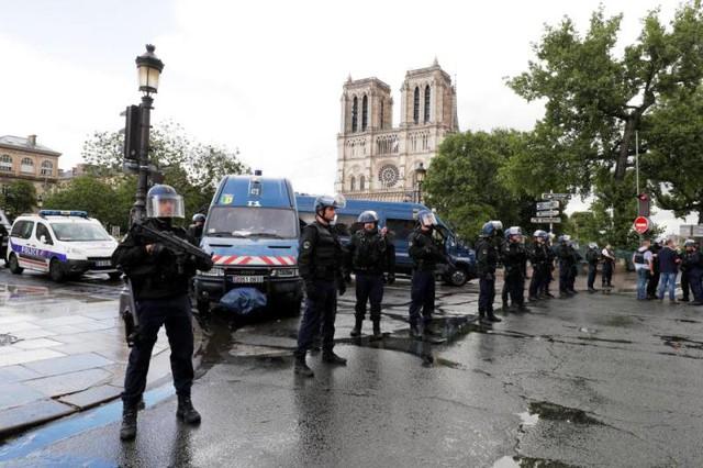 Vụ tấn công ngoài nhà thờ Notre-Dame, Pháp: Thủ phạm tự nhận là chiến binh IS - Ảnh 3.