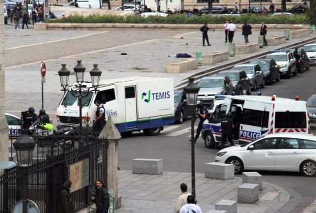 Vụ tấn công ngoài nhà thờ Notre-Dame, Pháp: Thủ phạm tự nhận là chiến binh IS - Ảnh 2.