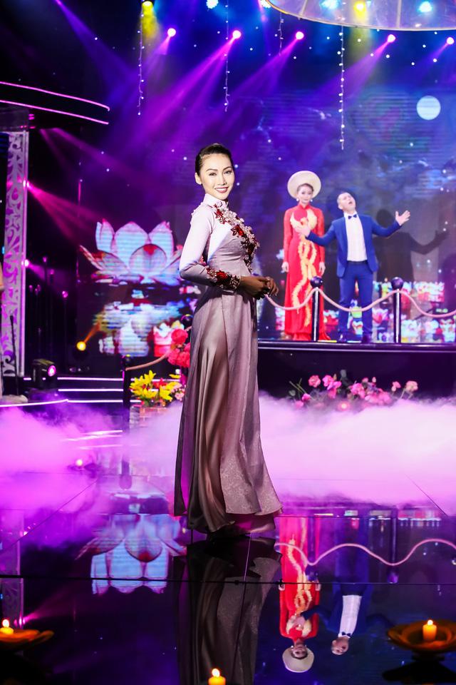 Sài Gòn đêm thứ 7 xuất hiện BST áo dài cưới độc đáo - Ảnh 3.