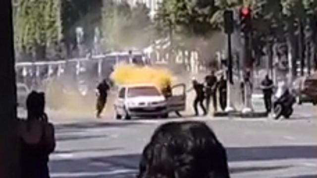 Pháp: Xe đâm vào cảnh sát ở đại lộ Champs Elysees - Ảnh 1.