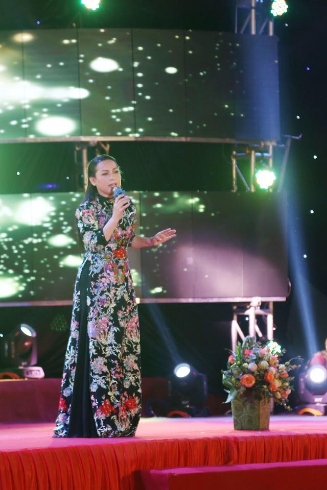 Dàn ca sĩ nổi tiếng góp giọng vì người nghèo nối dài Vòng tay nhân ái - Ảnh 4.