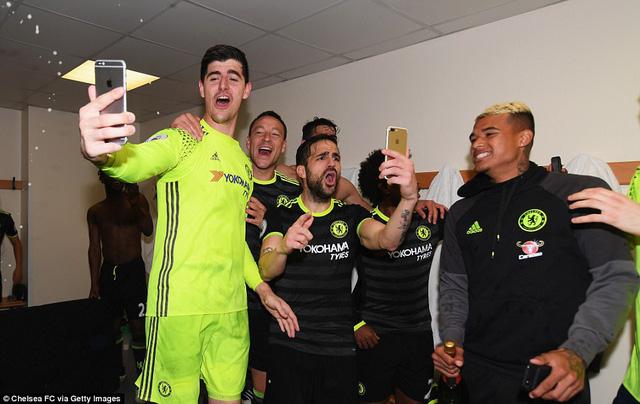 HLV Conte bị dàn sao Chelsea chơi xỏ trong ngày ăn mừng chức vô địch - Ảnh 12.